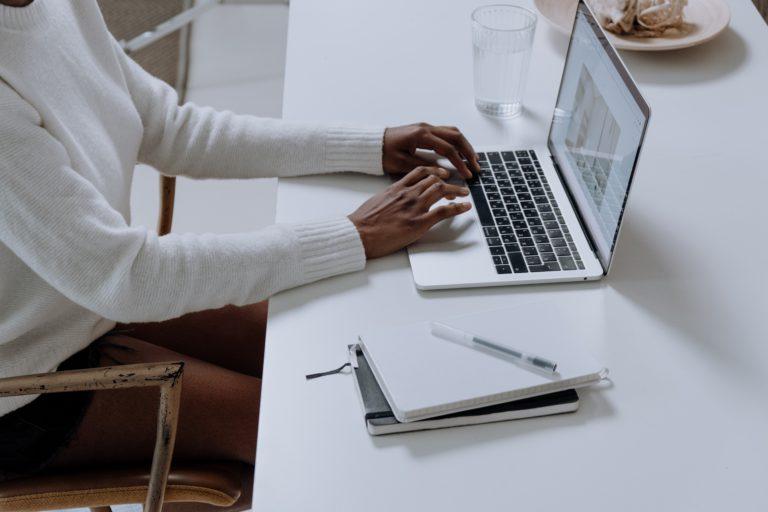 Homme devant ordinateur qui travaille
