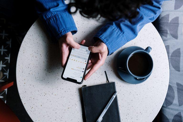 jeune fille téléphone écran café