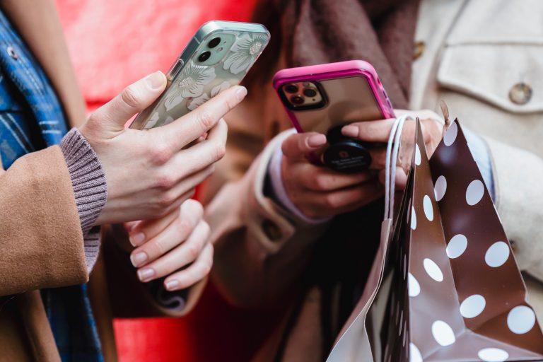 jeunes filles qui utilisent leur téléphone